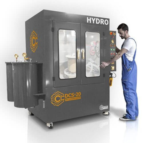 engineer-operating-dcs-20-dpf-cleaning-machine